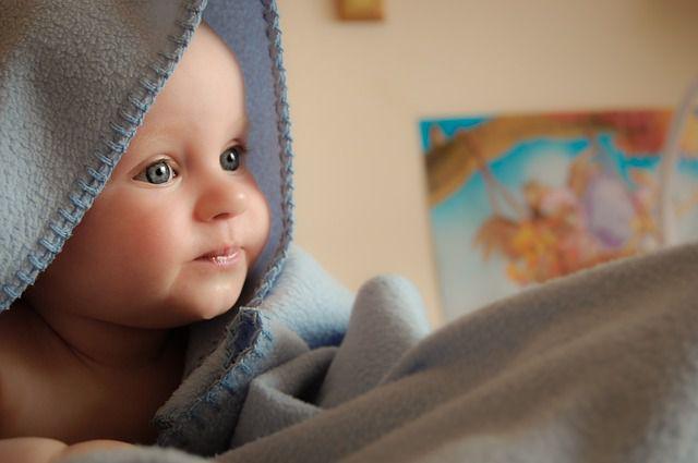 Dítě spinká s šátkem | MIMI Potřeby